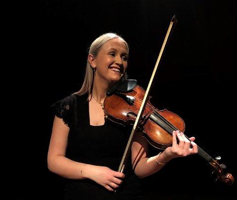 DET GÅR STRYKENDE: Karoline Strand (22) studerer klassisk fiolin, er et et talent som mange har lagt merke til.