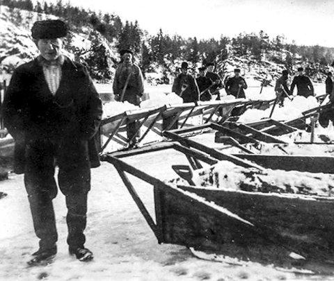 Bilde fra heftet: Snømåking på Svarttjenn. Arbeidsformann O. Pedersen i forgrunnen.
