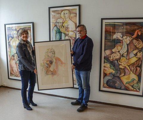 Kunst: Kragerø faste billedgalleri åpner torsdag en utstilling med malerier, tegninger og skisser er av Elfride Skorpil Samset. I forbindelse med utstillingen loddes ut en original tegning, et selvportrett som Ragnhild Skaug og Ole Jan Aatangen her viser fram.