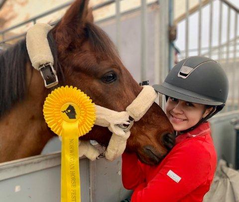 Carmen Sofie Olsen (14) og ponnien Flying Quickstep har gjort det bra på det internasjonale stevnet Norwegian Horse Festival denne uken.