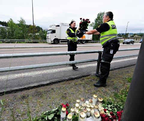 FLYTTER: Politiet flytter minnestedet etter dødsulykke i Gomsrud. Anette Skullestad og Odd Geir Alme i Kongsberg-politiet.