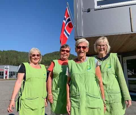 FLAGG: Damene ved NMS Gjenbruk heiste flagget. Fra venstre: Hilde Nærø, Sissel Grosvold, Ingegjørg Tinjar og Karin Bakke.