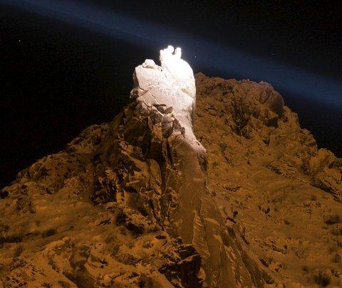 Lyssatt: Her var Svolværgeita lyssatt med en av de tre lyskasterne som ble testet ut. Foto: Magnar Jakobsen