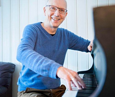 GLAD MANN: Knut Kirkesæther, her i sitt rette element, er leder for Lofoten Internasjonale Kammermusikkfest.