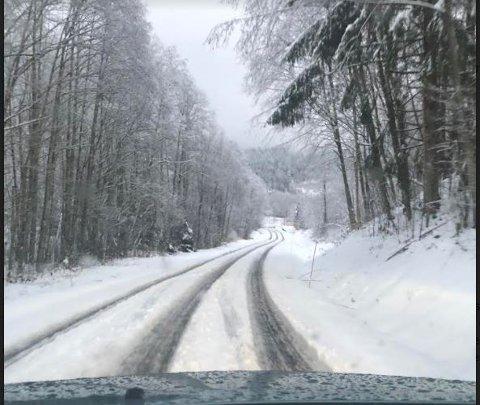 SLAPS OG SNØ: Det er både slaps og snø i veien og nord i Larvik lurer man på om brøytemannskapet har glemt de.
