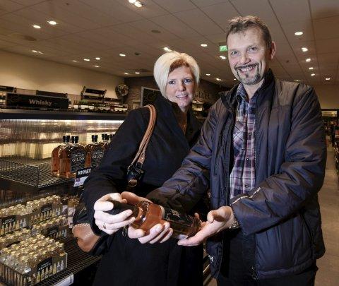 AKEVITT: Vibeke og Geir Grundstrøm fra Mo serverer gjerne en god akevitt til julemiddagen, og gleder seg til Villmarksakevitten.