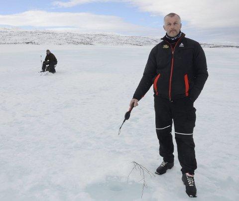 I 2016 møtte Rana Blad isfiskerne Stig Tore Straumbotn (i bakgrunnen) og Arvid Kildal som drev med isfiske på Rauvatnet. I år er det fine forhold på fjellvatn, men Statkraft oppfordrer folk til å holde seg unna regulerte vann. Det inkluderer Røssvatn, Røssvassbukta, Tustervatnet, Bleikvatnet og Kjensvatn.