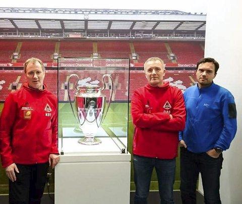 Omvisning: Ketil Olsen Teigen (t.v.), Ove André Olsen og Kjetil Knudsen er blant de mange som har reist til England for å se fotball. Men denne kjente gjengen fra Åga IL på besøk på Anfield er ikke den klubben som går mest i arv, selv om Liverpool og Manchester United har desidert flest supportere i Norge.