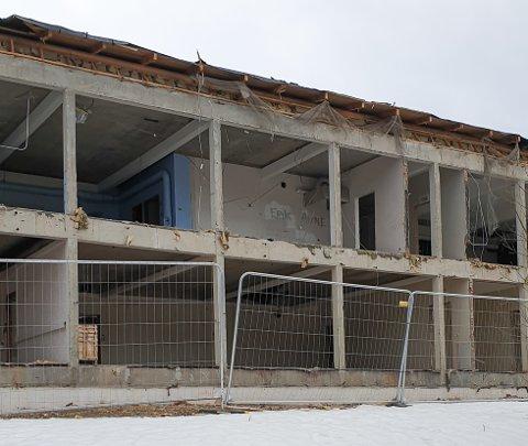 Riving av Gruben ungdomsskole ble dyrere enn ventet, siden man oppdaget asbest skjult inne i konstruksjonen.