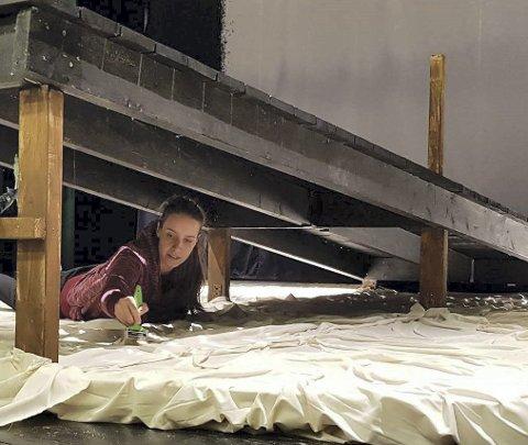 Kreativ: Plamena Dicheva er arkitekten bak det arbeidet som publikum kan glede seg over i år. Her holder hun på å arbeide med detaljer på scena.