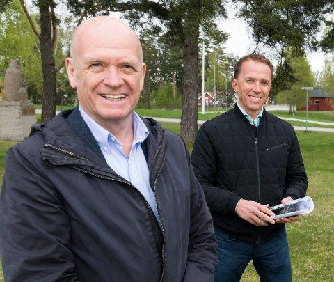 BEGEISTRET: Ordfører Syver Leivestad (til venstre) og Nils Kjetil Tronrud, eier av Helgelandsmoen næringspark.