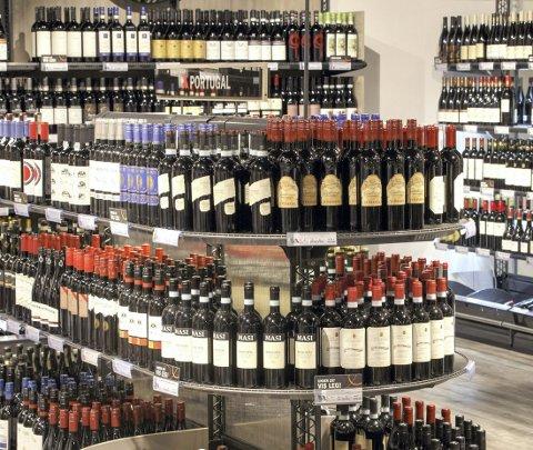 IKKE FRA BUTIKK: Stadig flere kjøper alkohol fra Vinmonopolet på nettet. Foto: NTB scanpix