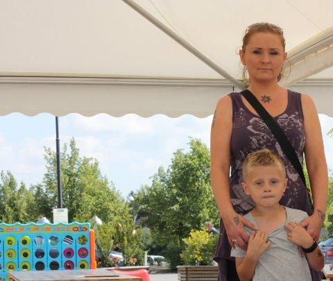 REAGERER: Elin Olstad fra Lillestrøm reagerer sterkt på at Skedsmo kommune tillater uteservering på «Levende torg». Hun vegrer seg for å ta med sønnen Peder (5) på torget om kvelden.