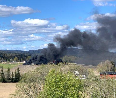VOLDSOM RØYK: Dette bildet viser hvor kraftig røyken fra brannen var. FOTO: RB-TIPSER