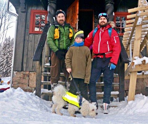 FAMILIETUR: Roger Ødegård, Kristian Ødegård og Julian Bjelde Ødegård, og den lille snøhvite hunden Hiro har gått fra Filtvet.