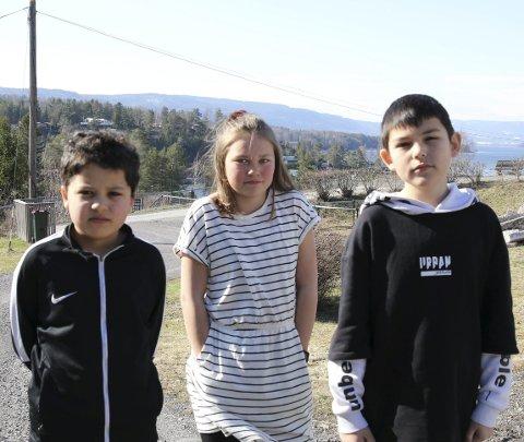 Dumt: Barna David Mtrious (10, Nilie Halvorsen Iversen (11) og Anthony Vinje Fernandez (10) synes det er dumt at de kutter busstilbudet.
