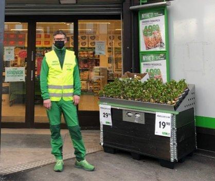 OPPFORDRING: Butikksjef Geir Bjørnsvik på Kiwi Sandesenteret oppfordrer folk til å ta påskehandelen tidlig, og bruke hele butikkens åpningstid.