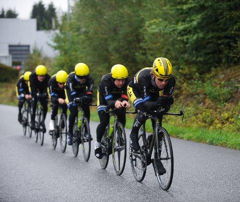 KLARE FOR VM: Marius Blålid (foran) og Ken-Levi Eikeland (nummer to) er tatt ut på Team FixIT.nos lagtempolag.