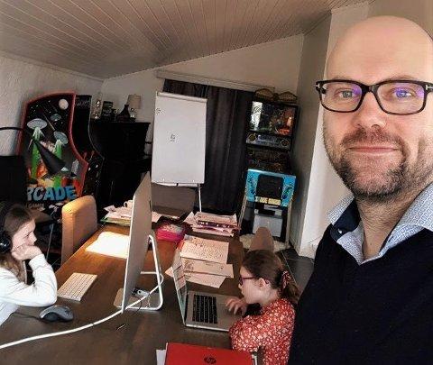 HJEMME BEST: Thomas Mathiesen kommer ikke til å sende barna Luna og Stella på skolen med det første. Han ser for seg flere uker med hjemmeundervisning etter at skolene har åpnet.