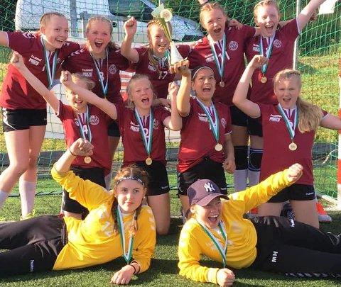 JUBEL: Tveter HKs J2007-lag jubler etter seieren i cupen i Uddevalla.