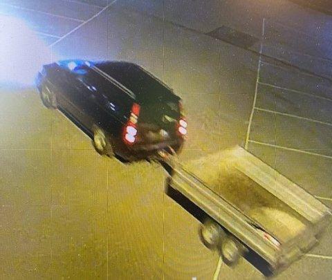 MÅLRETTET: Fire minutter etter at de kom inn på området forsvinner tyvene med hengeren hektet på.