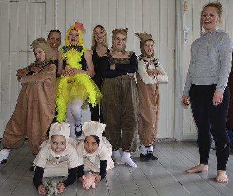 Barneteatergruppa har øvelse på «Kyllingen som ikke kunne synge». Foran Tyri Vår Hofstad Gjone og Mone Lea Sommerseth. Bak f.v. Malou Josephson, Symre Aargaard, «kyllling» Kari Helstrand (Oline Jenssen er vanligvis kyllingen), Else Fridvold Schøning, Idun Løvøen Rasmussen, Synne Kismul Bergendal. T.h. Rebekka Bomann-Larsen. Foto: Øystein K. Darbo