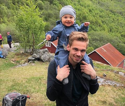 En sann drøm: Vegard Kjøs Egge, med 11 måneder gamle Filip på skuldrene, elsker papparollen. 33-åringen har bestemt seg for å ikke fortsette som trener i Team Valdres etter endt pappapermisjon.