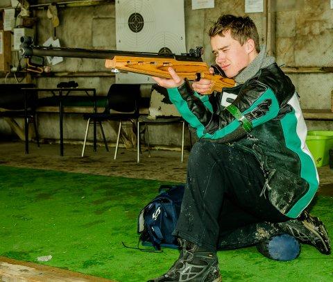 Våpenet er en Sauer, 6,5 kaliber. Avstanden til skyteskiva er 200 meter, og øvelsene er liggende, knestående og stående.