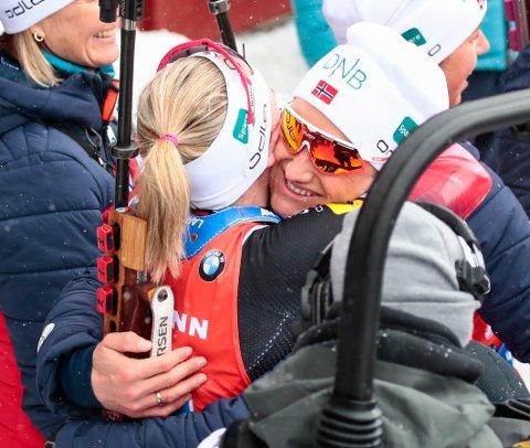 KLEMMEN FÅR VENTE: Her ser vi hvordan Sverre Olsbu Røiseland gjerne skulle gratulert kona og VM-vinner Marte, men klemmen må de spare til hun kommer hjem fra VM.