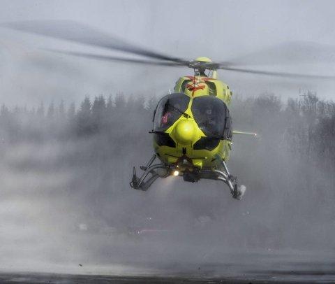 Ambulansehelikopteret var på vei for å bistå med å frakte tre turister ned fra fjellet i Lofoten, men måtte snu grunnet dårlig vær.