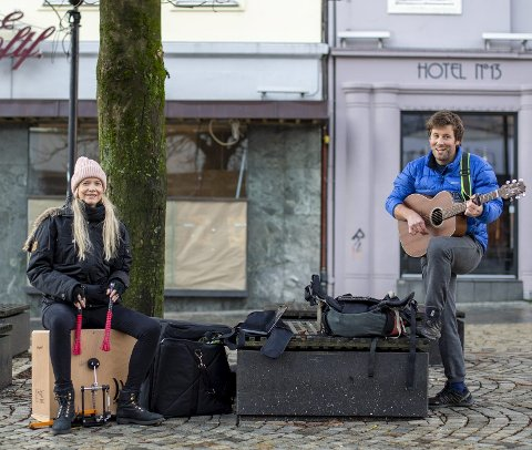 Anne-Linda Bratsberg Thorsen (1979), Sentrum, og John Bollen (1991), Voss Vi møttes på en konferanse for noen år siden, og har spilt en god del sammen siden den gang. Vi reiser både rundt i Norge og til utlandet for å spille lovsang. I dag har Gud gitt oss fint vær, og da går vi gjerne ut og spiller for folk sånn som dette. Det er veldig kjekt.
