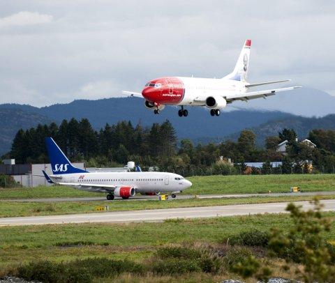 Regjeringen sier ja til å gi pengestøtte for å redde konkurstruede Norwegian. Det kan bety økt konkurranse, og dermed billigere billetter for passasjerene og økt aktivitet på Flesland.