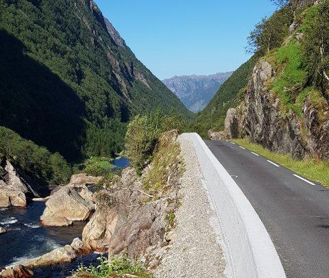 SIKRING: Betongkant og stålrekkverk sikrar nå trafikantane på Bjordalsvegen mot vegskråninga.