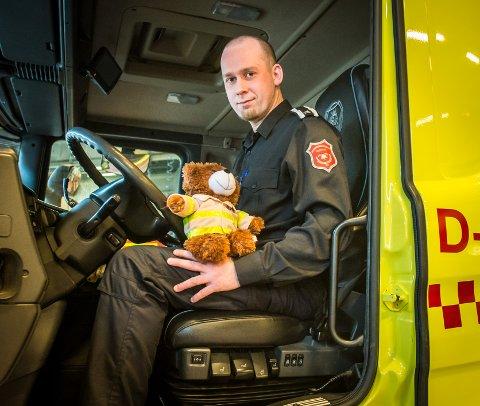 Martin Paulsen og brannbamsen Bjørnis på plass i brannbilen.