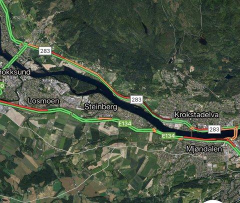 TRAFIKK: Trolig står man en stund i kø i retning Hokksund og Vestfossen fredag, ifølge Googles trafikkart.