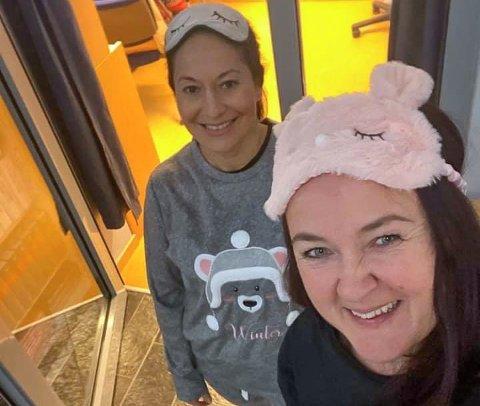 """KREATIVE: Alt frå sjakkturneringar til digitale pysjamasparty står på """"tiltakslista"""" til miljøteamet ved Flora vidaregaånde skule. Miljøkoordinator Nancy Ochoa (t.v.) og bibliotekar og informasjonsmedarbeider Tine Kroppan Holvik går heilhjarta inn for oppgåva med å halde elevane i ånde."""
