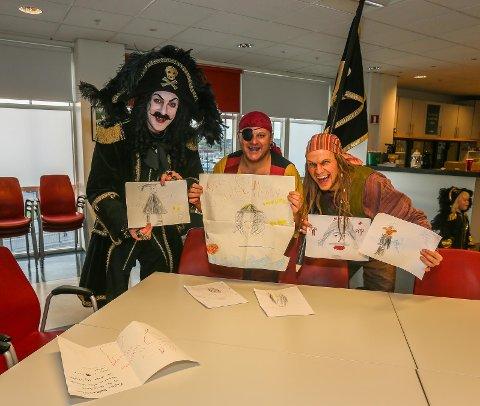 IMPONERT: Kaptein Sabeltann og resten av sjørøverbesetningen var merkbart imponert over bidragene til vinnerene av tegnekonkurransen.