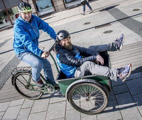 Klare for parade: Jan Henrik Lund, leder i Syklistene Nedre Glomma og Glenn Andersen (i kassa) inviterer til sykkelhygge 5. mai. Lunds transportsykkel er fra 1930-tallet, og har vært i bruk på et skipsverft i Göteborg. – Jeg har hatt den i 20 år, men i paraden tar jeg nok en sykkel som er litt lettere, sier han.