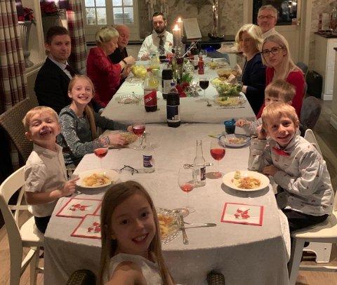 Her feiret Mathea (foran) og storfamilien jul sammen i fjor. Sånn skulle det ha vært også i år, men nå blir det en annerledes julaften på familien. Fra høyre: Fetter Theo (7), fetter Kevin (4), tante Linn-Anett, (mormor og Mimmi) Janne, (morfar og Offa) Tore, pappa Svenn-Atle, Terje, farmor Kari, onkel Kim, storesøster Emma (12) og lillebror Sander (6).