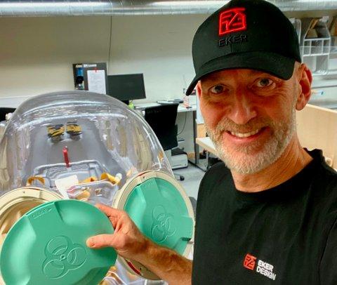 Victor Rosenvinge i Eker Design forteller at bedriften har fått to millioner kroner i støtte fra fylkeskommunen til kompetanseheving av medarbeidere for å kunne utvikle medisinskteknisk utstyr.