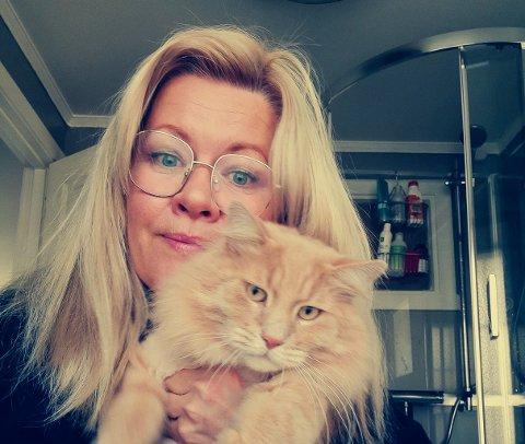 Datteren Thora var fast bestemt på at familiens katt skulle bære navnet Scarlett Tiara - så da ble det det, selv om han er en hankatt. Scarlett er sosial og kosete, men selvstendig. Heldigvis fikk Monica likevel «fanget» ham for et bilde til denne saken.