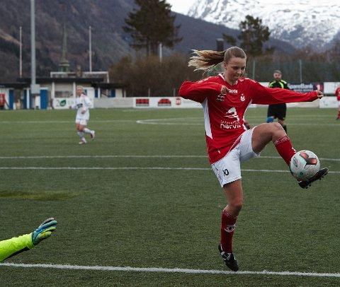 Malene Fikseth Jakobsen setter inn sitt andre mål i kampen.