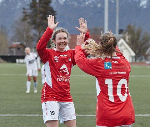 Trine Håvardsen og Malene Fikseth Jakobsen, med ryggen til, feirer etter et av Malene Fikseth Jakobsen to mål.