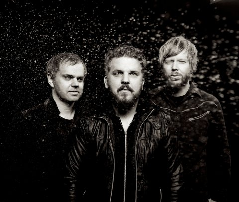TRIO: Oddgeir Berg spiller piano/keyboard, Karl-Joakim Wisløff spiller bass, mens Klaus Robert Blomvik er trommis i Oddgeir Bergs trio.