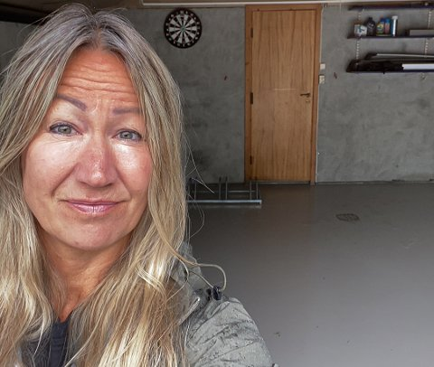 TYVERI: Jøran Elisabet Lund i garasjen der syklene sto. Onsdag morgen oppdaget hun at de var borte.