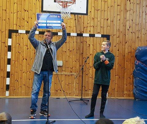 STOLT OG GLAD: Her får Trond Henriksen overrakt sjekken på over 9.000 kroner fra elevrådsleder, Elias Flatekval, på Låby skole.