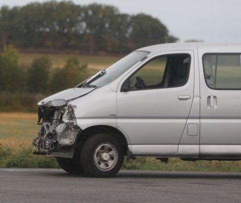 Politiet opplyser at det gikk bra med fører av varebilen.