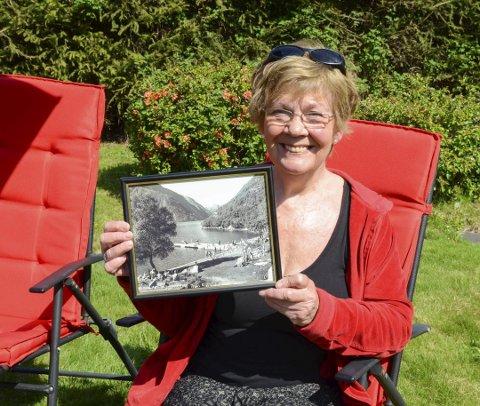 Mange minner: Dagny Ingeborg Garberg, innehaver Byrkjenes Overnatting, med et bilde fra den tiden det var fullt på badestranda ved Byrkjenes. – Det var en helt annen tid, sier hun.
