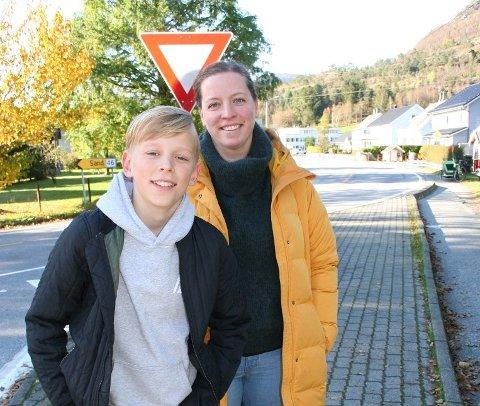 «FANTASTISK»: Det var Tone Helen Halleraker sin reaksjon då ho fekk høyra at fylkesrådmannen har tatt med miljøgate i Vikedal i sine budsjett for 2021 og 2022, tilsaman 75 millionar kroner. Her sammen med sønnen Kristian (12).