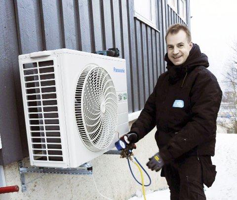 PRINSIPPFAST MONTØR: Runar Jørgensen har bestemt seg for at det er plass til varmepumpe i hvert eneste hus. Etter 12 år i jobben har han ennå ikke vært nødt til å skuffe en eneste kunde. Her er nesten alt på plass utendørs i Ole O. Kulstads vei 8 i Mosjøen.